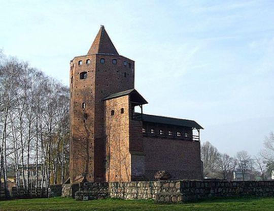 Na zdjęciu: odbudowana baszta zamku Siemowita III w Rawie Mazowieckiej. Źródło: Wikipedia.